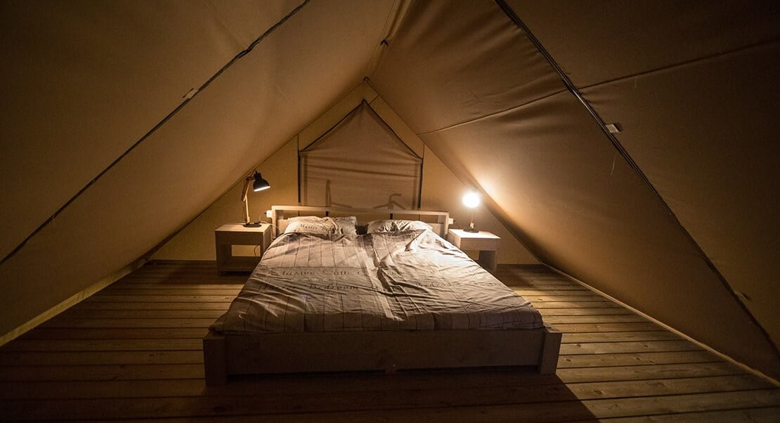 luxe glamping tent bovenverdieping